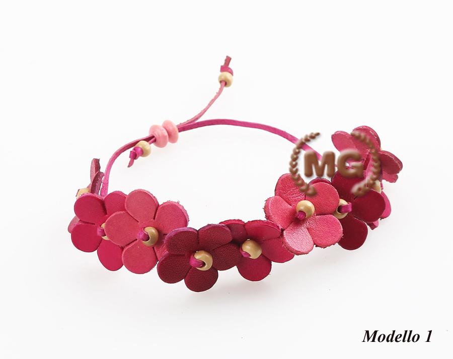 bracciale in cuoio con fiori ornamentali modello 1