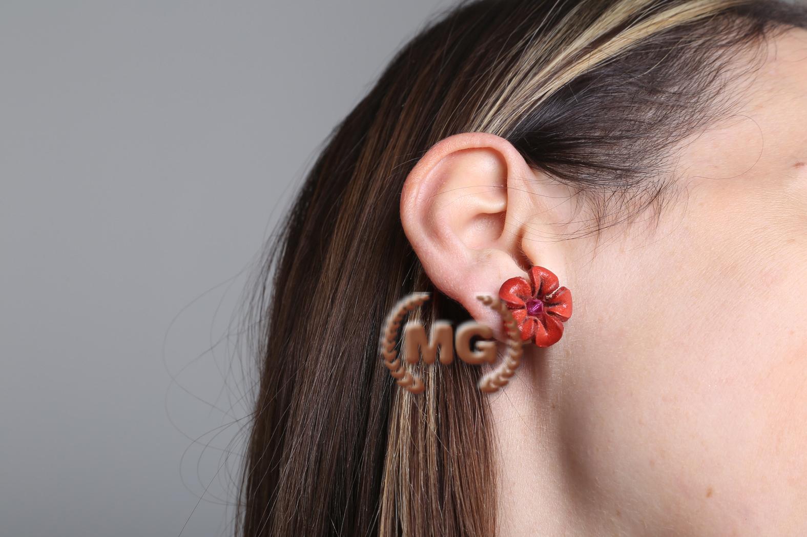 orecchini realizzati a mano in cuoio e farfalla in metallo